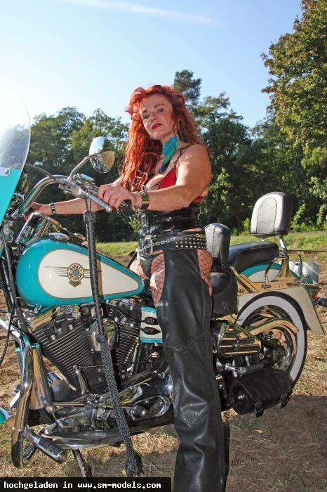 Bizarrhexe_Ashley_Stone (Model ,Weiblich ,PLZ 47608) Shooting outback Berlin 3. Oktober15/ Harley - Bild 15909 - SM-Models.COM