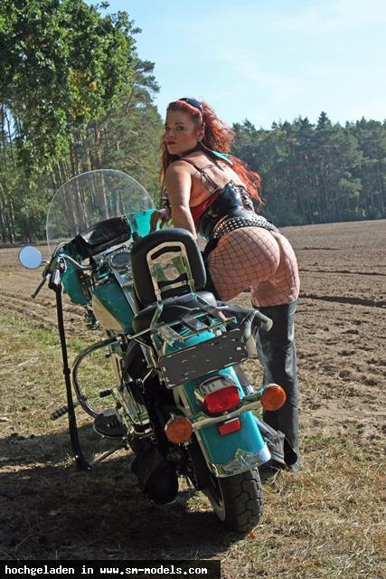Bizarrhexe_Ashley_Stone (Model ,Weiblich ,PLZ 47608) Shooting outback Berlin 3. Oktober15/ Harley - Bild 15914 - SM-Models.COM