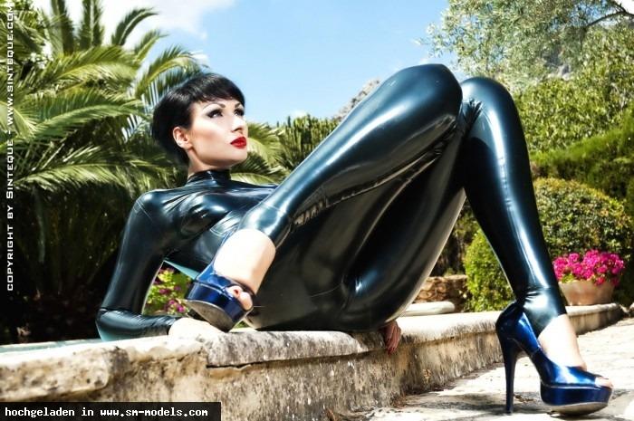 Sinteque (Model ,Weiblich ,PLZ 10318) - Photo: Berserker Outfit: Fantastic Rubber Hair & Make Up: me / Sinteque - LATEX - Bild 5733 - SM-Models.COM