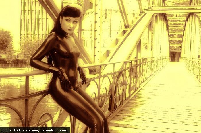 RUBBERMAN (Fotograf ,Männlich ,PLZ 10589) - Beautiful Sinteque - LATEX-LADIES of André Pigur - MODELS WANTED ! / LATEX-LADIES of André Pigur - Bild 8185 - SM-Models.COM